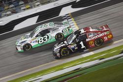 Johnny Sauter, BK Racing, Toyota, und Jamie McMurray, Ganassi Racing, Chevrolet