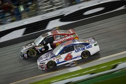 Trevor Bayne, Roush Fenway Racing Ford, Jamie McMurray, Ganassi Racing Chevrolet