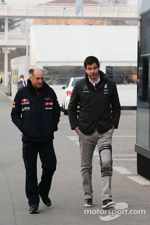 (De izquierda a derecha): Franz Tost, Scuderia Toro Rosso director del equipo con Toto Wolff, Mercedes AMG F1 Accionista y Director Ejecutivo