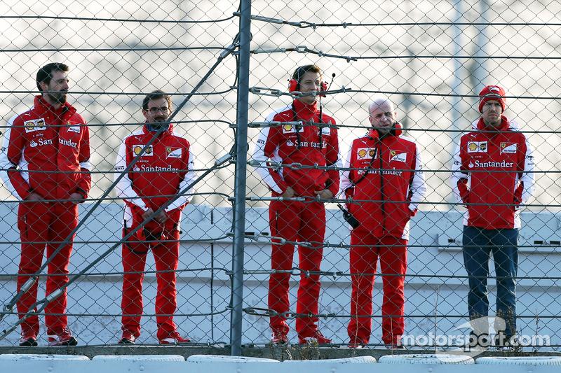 Sebastian Vettel, Ferrari, verfolgt mit Teammitgliedern das Geschehen