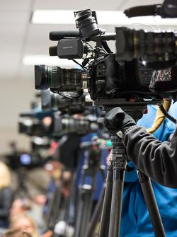 Câmeras de TV cobrem conferência de imprensa de Kurt Busch