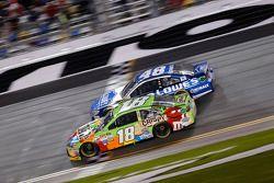 Kyle Busch, Joe Gibbs Racing Toyota, Jimmie Johnson, Hendrick Motorsports Chevrolet