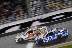 Mike Wallace, Toyota, und Ricky Stenhouse jr., Roush Fenway Racing, Ford
