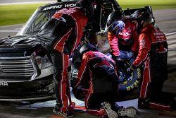 L'équipe du Red Horse Racing travaille sur leur truck