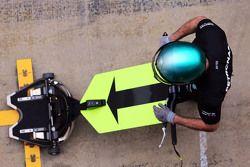 Mercedes AMG F1, Mechaniker mit dem vorderen Wagenheber