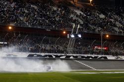 Il vincitore della gara Tyler Reddick, Brad Keselowski Racing Ford festeggia