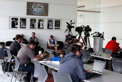 Espera da mídia para uma conferência de imprensa