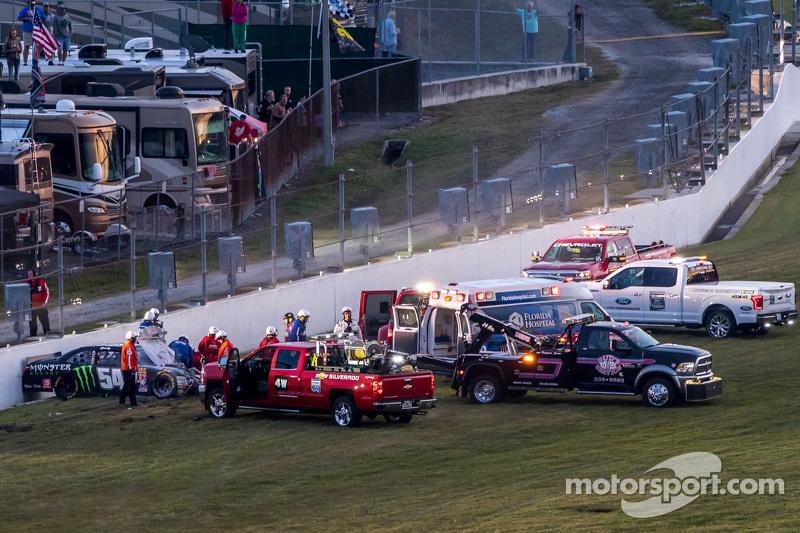 Kyle Busch, Joe Gibbs Racing, Toyota, wird vom Streckenpersonal medizinisch behandelt