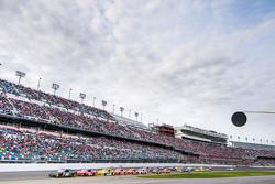 Kyle Busch, Joe Gibbs Racing Toyota, leidt