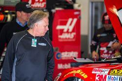 Gene Haas olha para o carro de Regan Smith