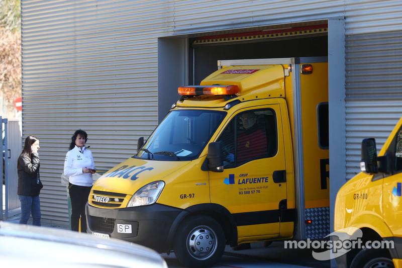 Fernando Alonso, McLaren es sacado de la zona de paddock en una ambulancia