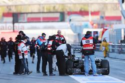 Daniil Kvyat, Red Bull Racing RB11 para no pit lane