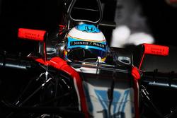 Fernando Alonso sale de los pits, McLaren MP4-30