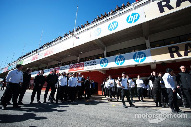 McLaren wartet auf den McLaren MP4-30 von Fernando Alonso, McLaren