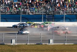 Last lap crash: Jeff Gordon, Hendrick Motorsports Chevrolet crashes
