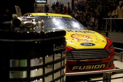 O carro de Joey Logano, Team Penske Ford com troféu da Daytona 500