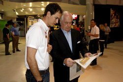 Joey Logano, da equipe Penske Ford, com Roger Penske