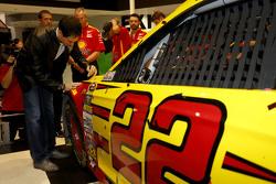 Joey Logano, da equipe Penske Ford, assina no seu carro