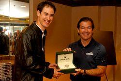 Joey Logano, equipo Penske Ford consigue un reloj Rolex de Joie Chitwood III, presidente del Daytona International Speedway