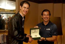 Joey Logano, da equipe Penske Ford, recebe um relógio Rolex de Joie Chitwood III, presidente da Daytona International Speedway