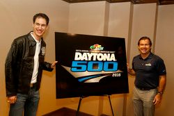 Joey Logano, Team Penske, Ford, und Joie Chitwood III, Präsident des Daytona International Speedways