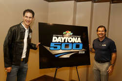 Joey Logano, da equipe Penske Ford, e Joie Chitwood III, presidente da Daytona International Speedwa