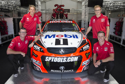 Garth Tander, James Courtney e os co pilotos Jack Perkins e Warren Luff revelam o uniforme da equipe Holden Racing 2015