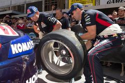 Jamie Whincup, Red Bull Holden, Craig Lowndes, Red Bull Holden change tires