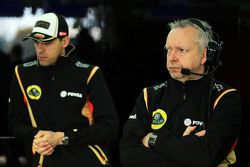 (De izquierda a derecha): Pastor Maldonado con Paul Seaby de Lotus F1 Team