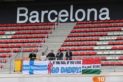 Fans von Kimi Räikkönen, Ferrari, mit Plakaten