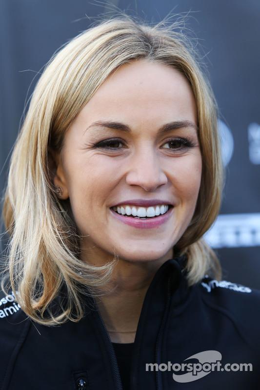 Carmen Jorda, piloto de desenvolvimento da equipe Lotus F1, com a imprensa