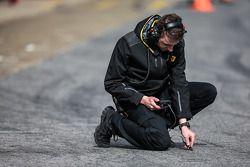 Técnico de los neumáticos Pirelli toma una lectura temperatura de la pista