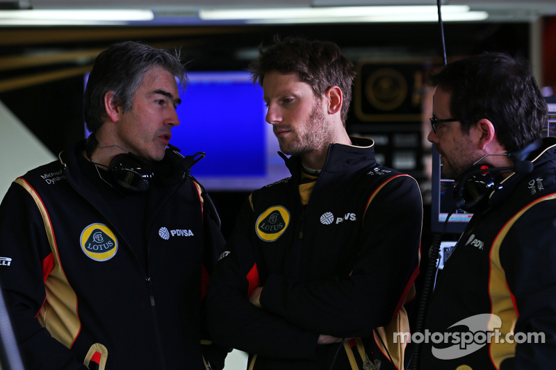 (da sinistra a destra): Nick Chester, Direttore Tecnico Lotus F1 Team con Romain Grosjean, Lotus F1 Team e Julien Simon-Chautemps, Ingegnere di pista Lotus F1 Team