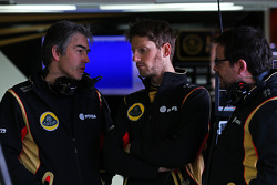 (da sinistra a destra): Nick Chester, Direttore Tecnico Lotus F1 Team con Romain Grosjean, Lotus F1 Team e Julien Simon-Chautemps, Ingegnere di pista Lotus F1 Team