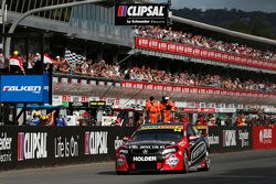 Fabian Coulthard, Brad Jones Racing Holden pakt de overwinning