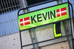 Panneau pour Kevin Magnussen, pilote de réserve et de test McLaren