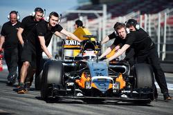 Nico Hulkenberg, Sahara Force India F1 VJM08 es empujado hacia abajo a la calle de boxes por las mecánicos