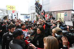 Lewis Hamilton, Mercedes AMG F1, con la prensa