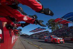 James Courtney, Holden Racing, gana la carrera