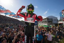 Racewinnaar James Courtney, Holden Racing Team, viert feest