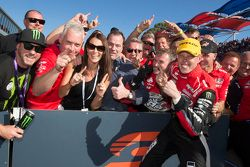 1. James Courtney, Holden Racing Team, feiert