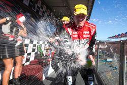 El ganador de la carrera, James Courtney, Holden Racing Team, celebra