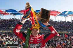 El ganador de la carrera, James Courtney, Holden Racing Team celebra