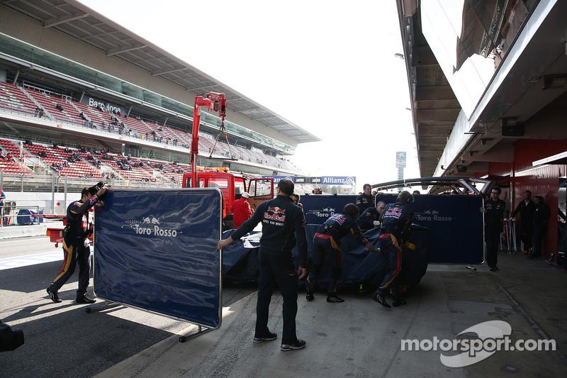 Der Scuderia Toro Rosso STR10 von Max Verstappen, Scuderia Toro Rosso, wird per Lastwagen in die Box zurückgebracht