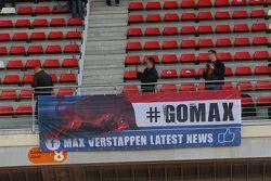 Un letrero sobre Max Verstappen, de aficionados de la Scuderia Toro Rosso