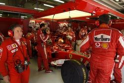 Michael Schumacher en el garaje después de su accidente