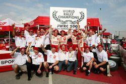 Daniel Sordo y Marc Marti celebran el título del JWRC 2005 con el equipo Citroën Sport