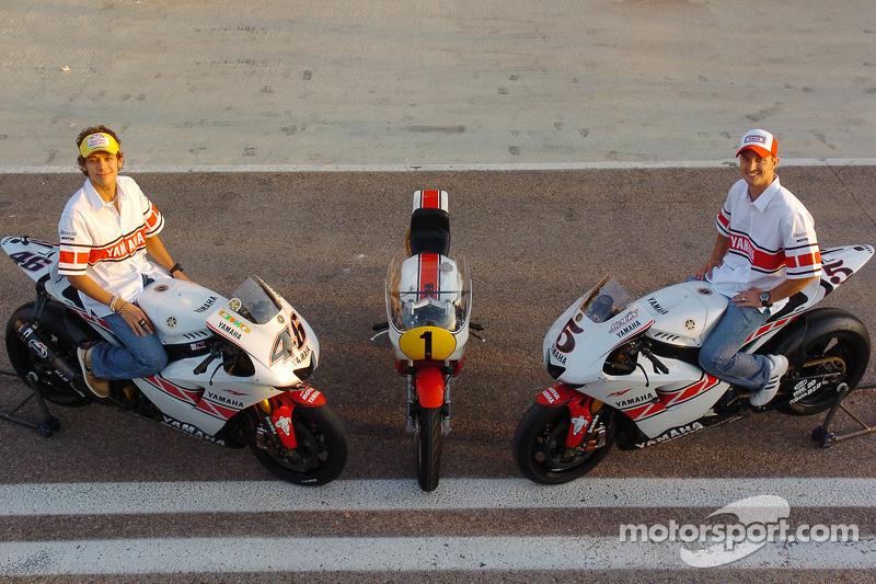 50 aniversario de Yamaha: Valentino Rossi y Colin Edwards con el GP de Valencia livery YZR-M1s