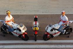 Valentino Rossi, Yamaha, und Colin Edwards, Yamaha, mit Bike von Giacomo Agostini