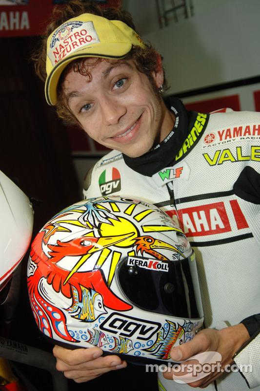 Valentino Rossi muestra el nuevo diseño en su casco